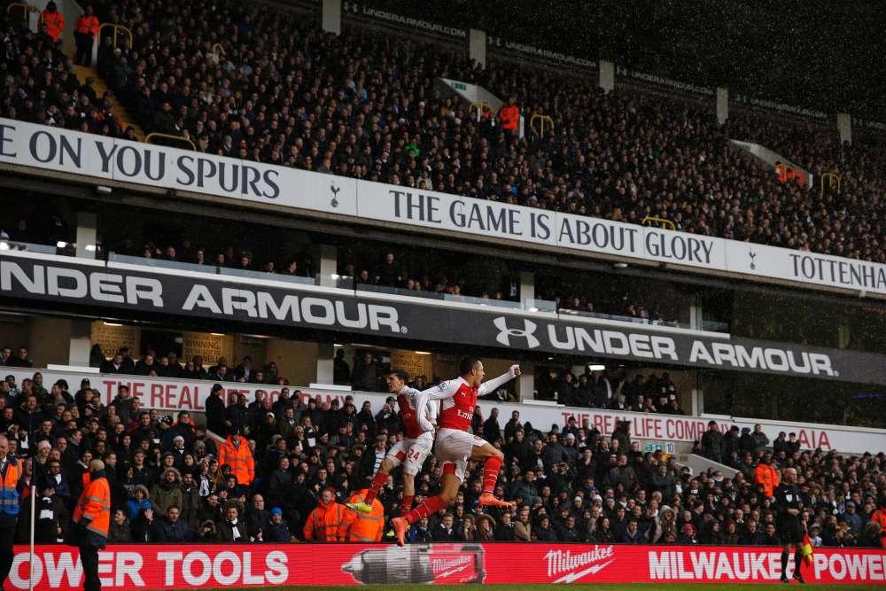 Un match fou. Tottenham et Arsenal (respectivement 2e et 3e du championnat) se sont neutralisés (2-2) laissant filer Leicester seul en tête.