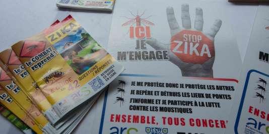 Tracts et posters lors du lancement de la campagne contre le virus Zika «Ici je m'engage», le 4 mars 2016, à Petit-Bourg, en Guadeloupe.