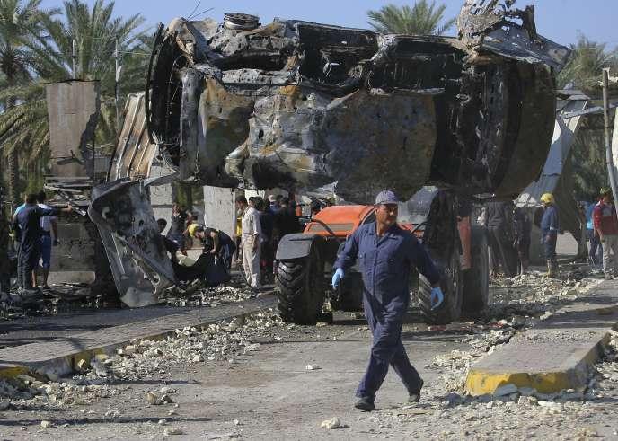 Evacuation des véhicules soufflés par l'attentat-suicide de Hilla, qui a fait au moins 61 morts.