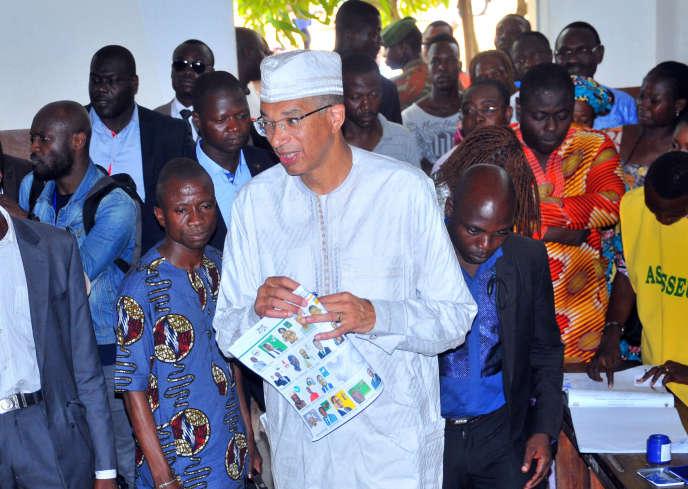 Le premier ministre Lionel Zinsou, candidat à l'élection présidentielle, vote à Cotonou   dimanche 6 mars 2016.