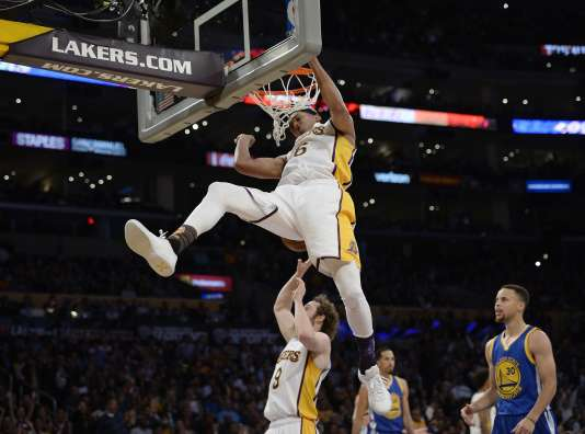 Jordan Clarkson des Los Angeles réalise un dunk lors du match contre Golden States,  le 6 mars au Staples Center de Los Angeles.