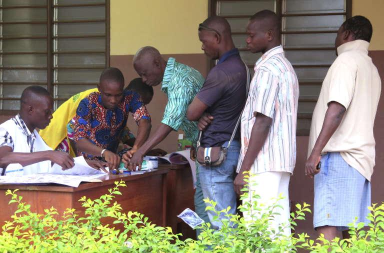 Electeurs dans un bureau de vote à  Seme Podji, dimanche 6 mars, pour le premier tour de la présidentielle au Bénin.