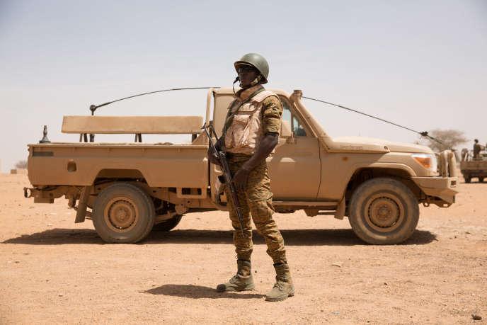 Un soldat des Forces Armées Nationales (FAN) du Burkina Faso positionnées à la frontière du Mali dans le cadre de l'opération Gabi, ayant pour objectif la recherche de groupes armés terroristes dans la zone où fut enlevé un couple australien le 15 janvier.