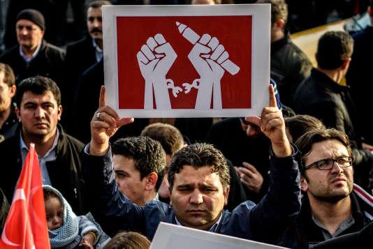 Un homme brandit une pancarte de soutien au journal «Zaman» lors d'une manifestation en solidarité avec le journal, le 4 mars 2016.
