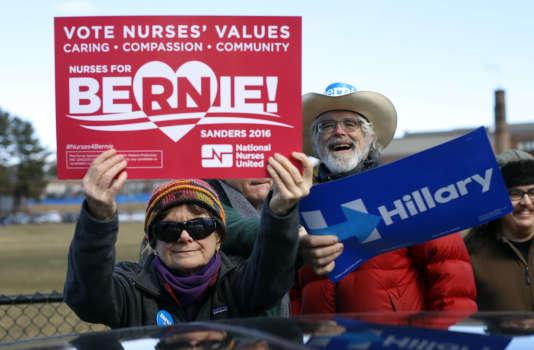 Une partisane du candidat démocrate Bernie Sanders s'amuse à bloquer son beau-frère, qui soutient, lui, Hillary Clinton, lors d'un caucus organisé par leur parti, le 6 mars, à  Portland, dans le Maine.