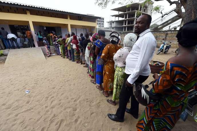 File d'attente devant un bureau de vote, dimanche 6 mars à Cotonou, pour le premier tour de la présidentielle.