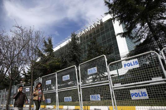 Le siège du journal «Zaman», à Istanbul, enmars2016, entouré de barrières de police. Ce journal a alors été saisi par les autorités, et sa direction confiée à des administrateurs de l'Etat.