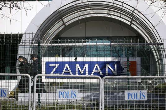 Des agents de police devant le siège du journal Zaman, à Istanbul, le dimanche 6 mars