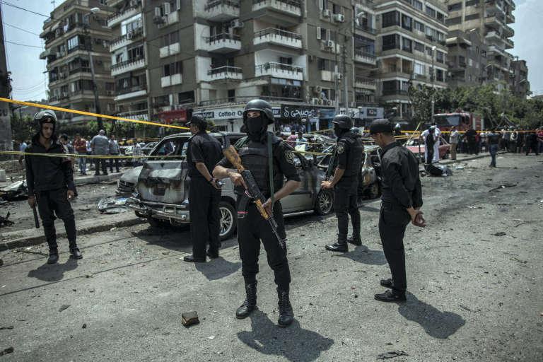 Le 29 juin 2015, une voiture piégée avait explosé au Caire au passage du convoi de M. Barakat, le plus haut magistrat du parquet égyptien. Agé de 64 ans, il avait succombé à ses blessures à l'hôpital.
