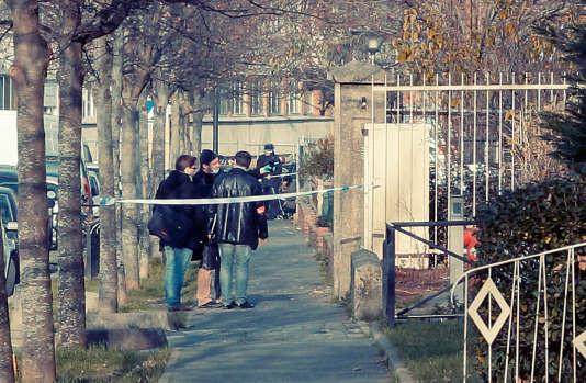 Des enquêteurs devant l'école maternelle Jean-Perrin, à Aubervilliers, en Seine-Saint-Denis, le 14 décembre  2015.