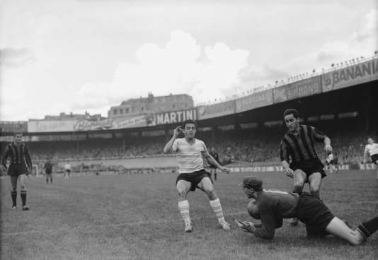 Pancho Gonzales (à droite), lors d'un match contre le Racing Club de Paris, en octobre 1958.