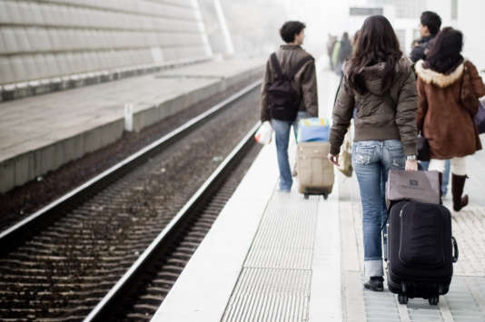 Des étudiants remontent un quai de la gare de Lisbonne. La capitale portugaise est la ville la moins chère pour les étudiants Erasmus, selon le classement du site Uniplaces.