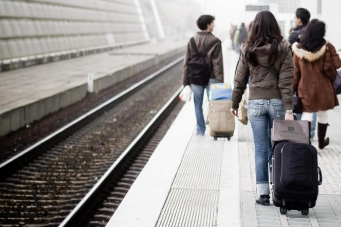 Des étudiants remontent les rails de la gare de Lisbonne, au Portugal, ville la moins chère pour partir en Erasmus selon le classement du site Uniplaces, qui propose des logements étudiants.