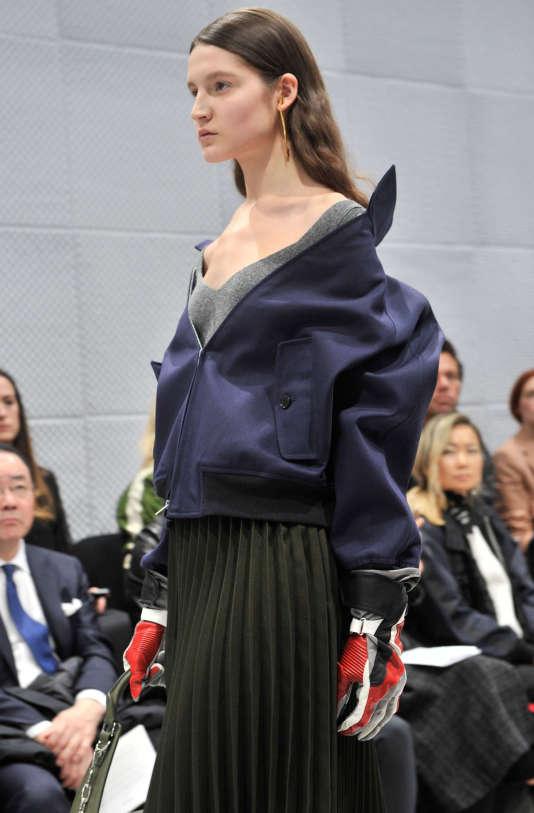 Epaules dénudées soulignées par un décolleté de maille : la cohérence façon Balenciaga.