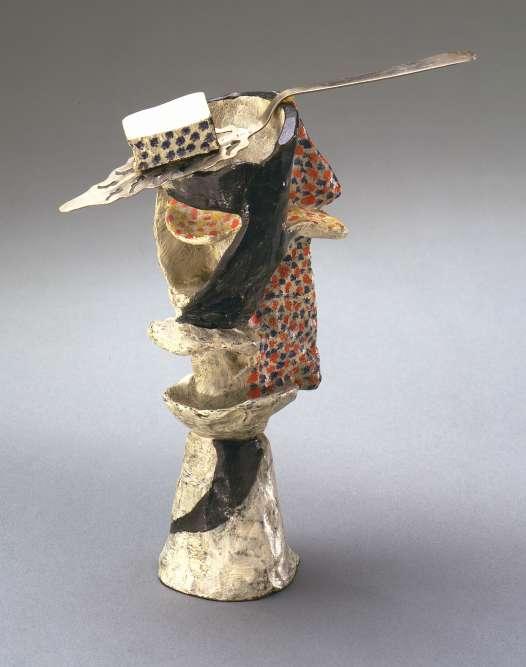 """« En 1914, Picasso fait fondre un original modelé dans la cire en six épreuves en bronze qu'il recouvre de peinture et de sable et auxquelles il adjoint une véritable cuillère à absinthe. """"Le Verre d'absinthe"""" marque l'aboutissement de recherches picturales menées autour du motif cubiste du verre inaugurant, pour la première fois dans l'art du XXe siècle, le geste iconoclaste de peindre un matériau noble comme le bronze et d'incorporer un objet de la vie quotidienne. »"""