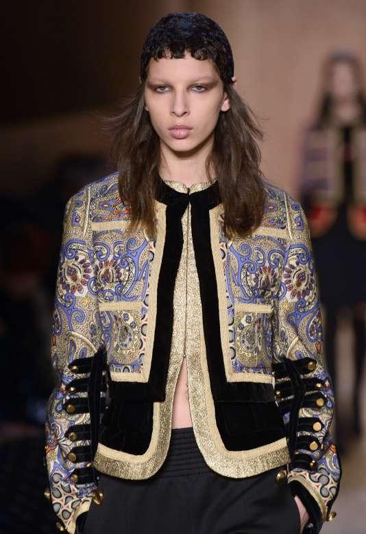 Un mélange flamboyant de motifs et de matières chez Givenchy.