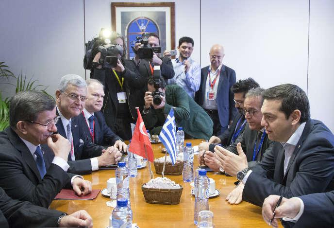 Au cours du sommet entre l'UE et la Turquie, ce lundi 7 mars, le premier ministre grec, Alexis Tsipras (droite), entend obtenir du premier ministre turc, Ahmet Davutoglu (gauche), que son pays respecte l'accord bilatéral de réadmission de 2001 permettant de renvoyer sur le sol turc les migrants économiques.