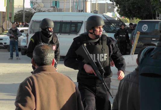Des membres des forces de sécurité lors des affrontements avec des djihadistes de l'EI, le 7 mars, à Ben Gardane.