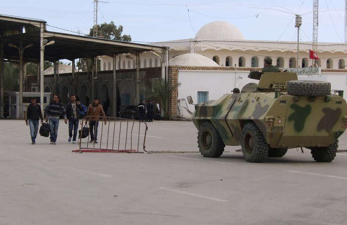 Des Libyens s'apprêtent à traverser la frontière vers la Tunisie, au poste de Ras Jdir Ben Guerdane, en décembre  2014.