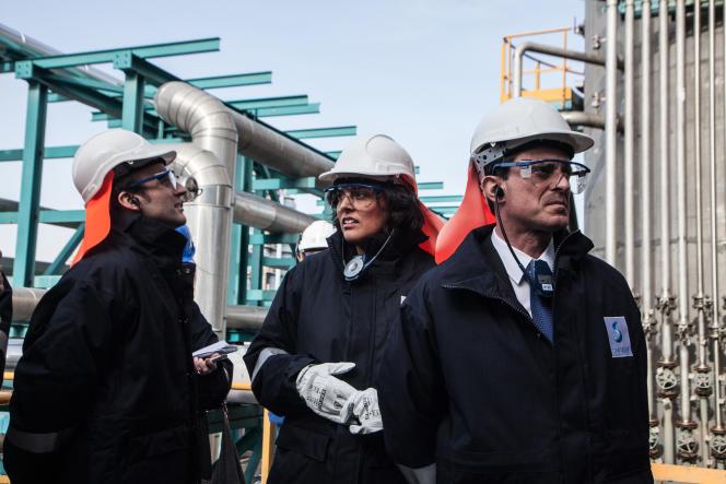 Le ministre de l'économie, Emmanuel Macron, la ministre du travail Myriam El Khomri, et le premier ministre Manuel Valls lors d'une visite de l'usine Solvay de Chalampé près de Mulhouse (Haut-Rhin),le 22 février 2016.