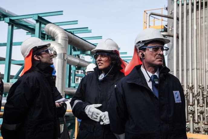 Emmanuel Macron, Myriam El Khomri et Manuel Valls, lors de la visite de l'usine Solvay, à Chalampé (Haut-Rhin), le 22 février.