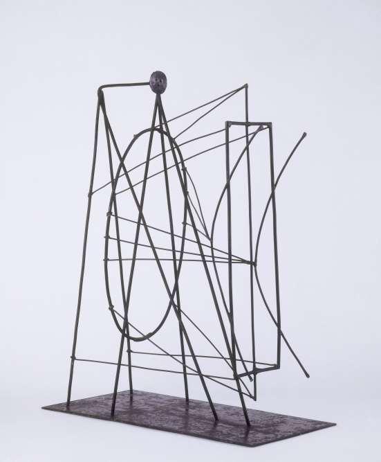 """« En 1921, Picasso reçoit la commande de réaliser un monument à la mémoire de Guillaume Apollinaire, disparu en 1918.  Il présente plusieurs projets parmi lesquels un ensemble de sculptures en fer soudé, accomplies avec l'aide de Julio Gonzalez, incarnation, par leur esthétique du vide et de la transparence, d'""""une profonde statue en rien, comme la poésie et la gloire"""". »"""