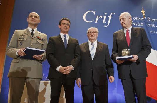 De gauche à droite: Bruno Le Ray (gouverneur militaire de Paris), Manuel Valls, Roger Cukierman (président du CRIF) et Michel Cadot (préfet de police de Paris) lors du dîner du Conseil représentatif des institutions juives de France (CRIF) à Paris, le 7 mars.