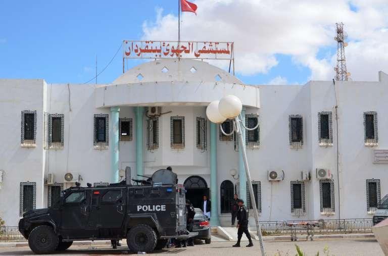 Des membres des forces spéciales tunisiennes se rassemblent en dehors d'un hôpital dans la ville méridionale de Ben Gardane, près de la frontière libyenne, lors des affrontements avec les djihadistes, lundi 7 mars.