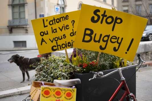 En France, une fermeture de la centrale du Bugey est régulièrement réclamée par les organisations anti-nucléaires.