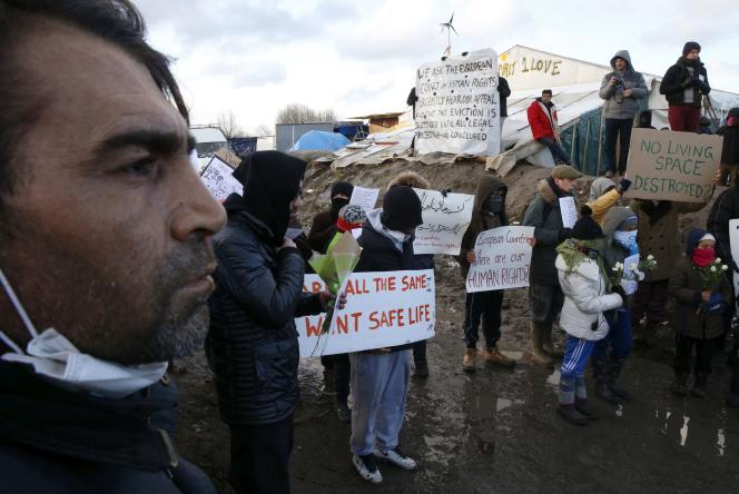 «Ne faut-il pas réaffirmer explicitement l'asile comme un droit inconditionnel en prenant toutes les mesures qui s'imposent pour qu'il soit respecté et promu ?» (Photo: réfugiés et migrants manifestent à Calais le 7 mars 2016).