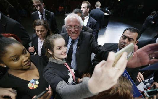 Les jeunes se sont fortement mobilisés et ont voté plus massivement pour Sanders –ici, en campagne à Dearborn, dans le Michigan, le 7mars– que prévu. Il a réalisé un score de 81% chez les 18-29ans, alors que YouGov ne prévoyait de 66%.