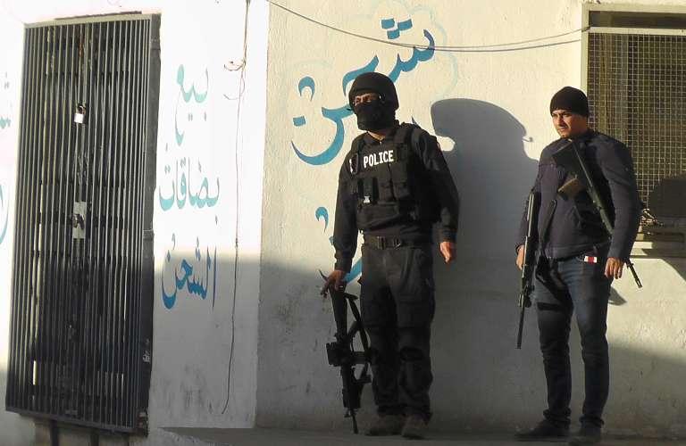 Les forces de l'ordre tunisiennes lors des combats avec les djihadistes de l'Etat islamique, à Ben Guadane, le 7 mars 2016.