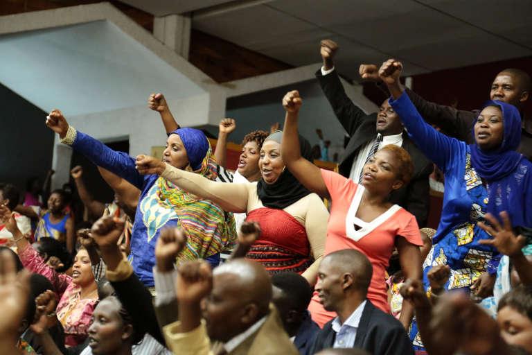 En juillet 2015, lors des débats parlementaires à Kigali pour la modification de la Constitution rwandaise permettant à Paul Kagamé de se maintenir au pouvoir.