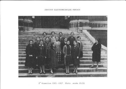 Première promotion de l'EPF, ex Ecole polytechnique féminine, en 1925, qui s'appelait à l'époque IEF pour Institut électromécanique féminin, avec à droite, sa créatrice, Marie-Louise Paris.