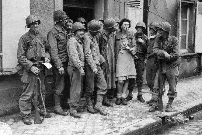 Une femme est entourée de militaires. Capture d'écran du documentaire «Les Femmes de la Libération».