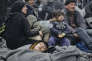 Migrants et réfugiés attendent pour traverser la frontière entre la Grèce et la Macédoine, près du village grec d'Idomeni.