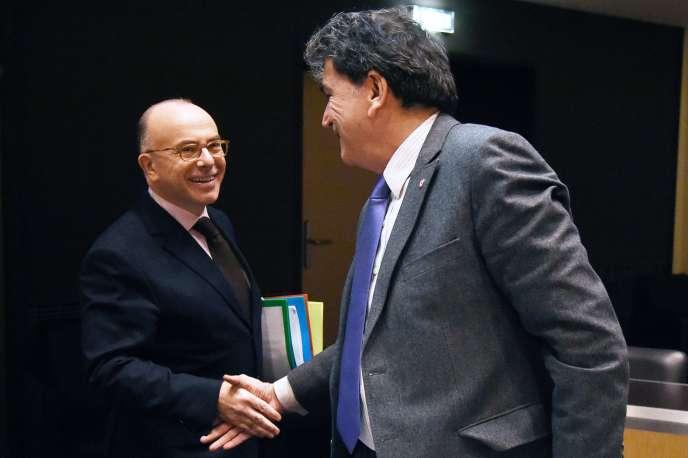 Le ministre de l'intérieur, Bernard Cazeneuve, et Pierre Lellouche, député (LR) de Paris, à l'Assemblée nationale, le 7 mars.