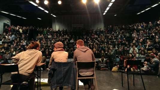 Environ cinq cents étudiants de l'université Paris-VIII-Saint-Denis se sont réunis mardi8 mars pour organiser la mobilisation contre la loi travail.