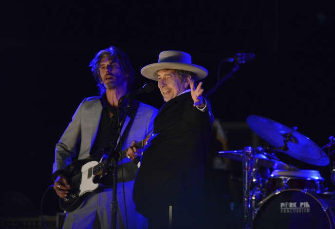 Bob Dylan (à droite) sur scène à Paddock Wood dans le Kent en juin 2012.