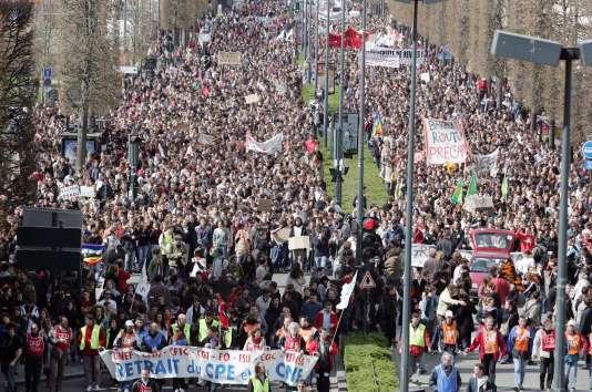 Vingt et un mille étudiants, selon la police, défilent à Rennes contre le contrat de première embauche, le 4 avril 2006.