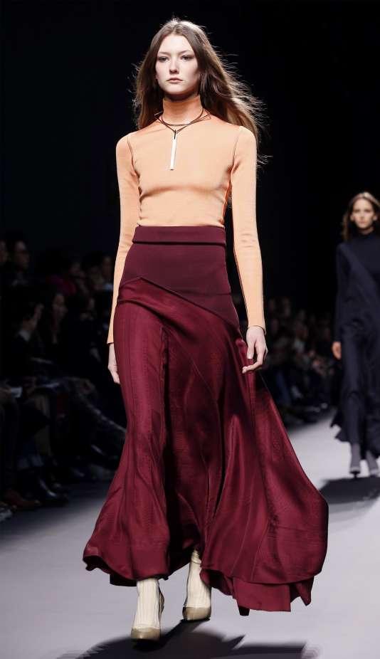 Pas question de dévoiler le corps pour attirer l'attention chez Hermès.