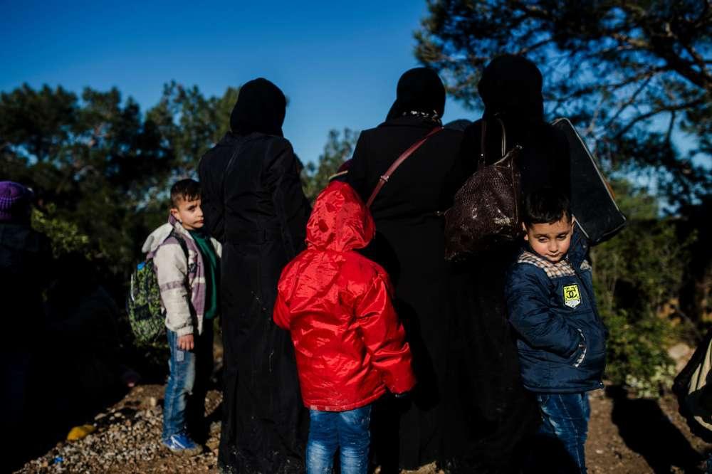 Les gendarmes turcs ont arrêté un groupe, principalement constitué de femmes et d'enfants, à proximité du village de Bademli, situé sur la côte de la mer Egée, en face de l'île grecque de Lesbos, le 5 mars.