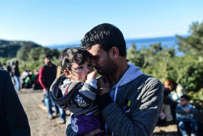 Des réfugiés syriens arrêtés en Turquie alors qu'ils tentaient de se rendre sur l'île grecque de Lesbos, à Dikili, en 2016.