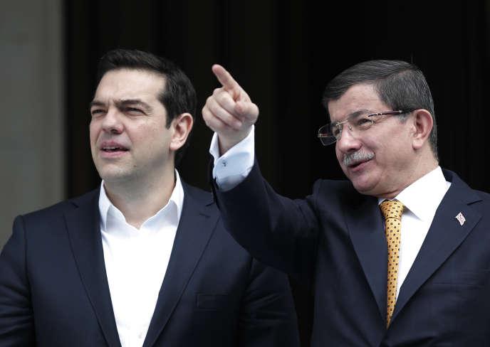 Le premier ministre turc Ahmet Davutoglu (droite) et le premier ministre grec, Alexis Tsipras, avant leur réunion à Izmir, Turquie, le 8 mars 2016.
