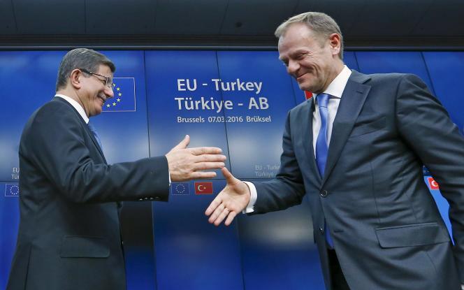 Le premier ministre turc Ahmet Davutoglu et le président du Conseil européen Donald Tusk à l'issue du sommet Turquie-Union européenne à Bruxelles, le 8 mars 2016.