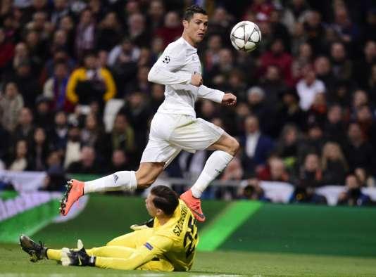 Cristiano Ronaldo face au buteur de la Roma, le 8 mars au stade Bernabéu de Madrid.