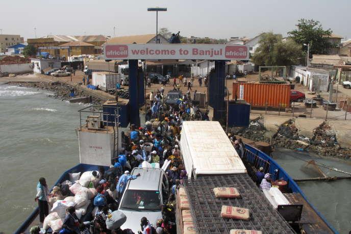 Un ferry à Banjul, capitale de la Gambie.