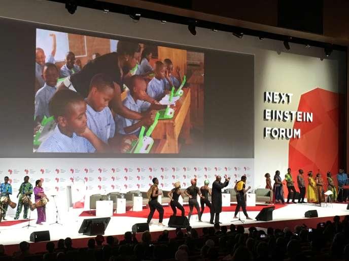 La scène du Next Einstein Forum de Dakar, le 8 mars 2016. Le spectacle d'ouverture a été créé par le rappeur Didier Awadi. Le slammeur Fary Ndao y a déclamé son texte