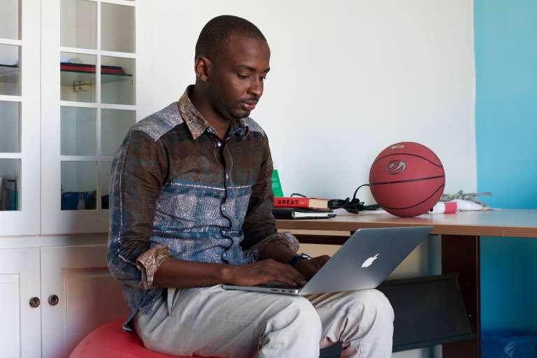 Mamadou Dramé, dans son appartement start-up de Dakar.