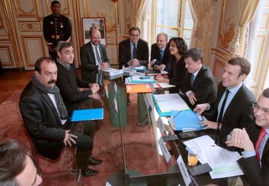 Fabrice Angei et Philippe Martinez, de la CGT, lors d'une rencontre avec le gouvernement à propos de la réforme du code du travail à Paris le 7 mars 2016.